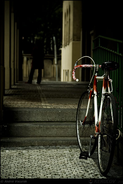 Fotografia: Ea, bicicleta ta / She and Your Bicycle, KERUCOV .ro © 1997 - 2020 || Andrei Vocurek
