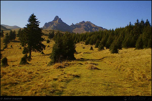 Fotografia Varful Ciucas si Tigaile Mari / The Ciucas Peak And The Big Pans, album Pasul peste munti / Step Over Mountains, Muntii Ciucas, Romania / Roumanie, KERUCOV .ro © 1997 - 2019 || Andrei Vocurek